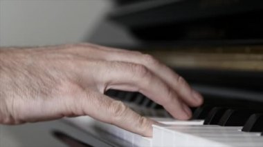 Man plays on piano — Stock Video