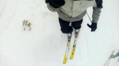 Man skiing on mountain resort — Stock Video