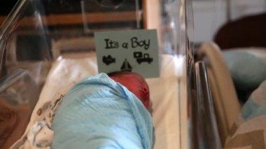 Woman sleeps  in a hospital bed near newborn — Стоковое видео
