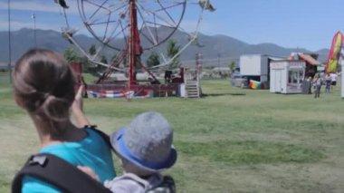 Family walking through carnival — Stock Video