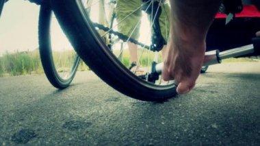 Man filling up flat tire — Stock Video