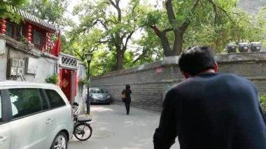 Tourists riding rickshaw through Beijing — Stock video