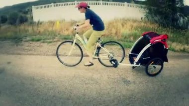 Mother pulling bike trailer — Stock video