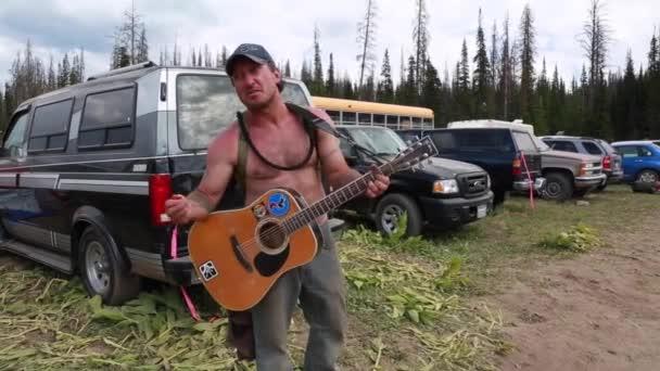 Hombre tocando la guitarra — Vídeo de stock