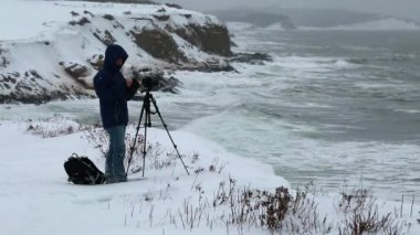 Photographer taking pictures of ocean — Stock Video