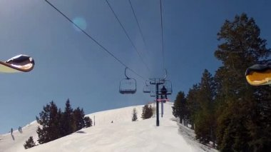 People rides up a chair lift — Stock Video