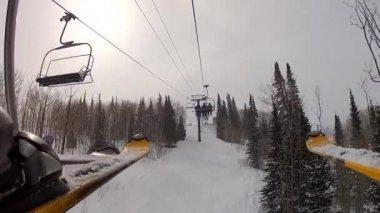 Ski lift on a mountain resort — Stock Video
