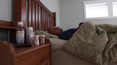 Homme malade couché dans son lit — Vidéo