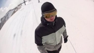 Man skiing on ski resort — Stok video