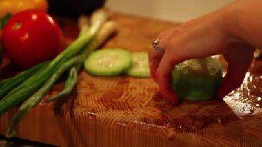 Kobieta krojenie warzyw — Wideo stockowe