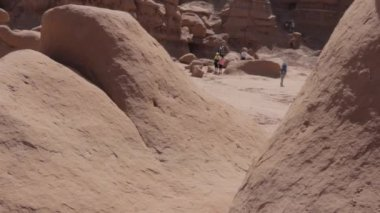 Tourists hiking in Goblin Valley Park — Stock Video
