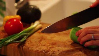 切片蔬菜的女人 — 图库视频影像