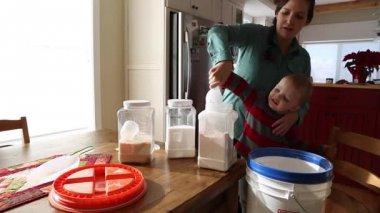 Småbarn att hjälpa mor Lägg mjöl i behållare — Stockvideo