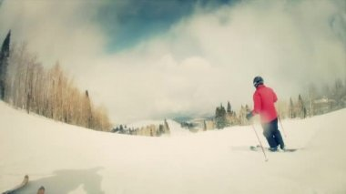 Man skidåkning på ski resort — Stockvideo