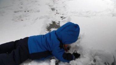 Toddler making snowman — Stock Video