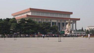 Tourists in Tiananmen square — Stock Video