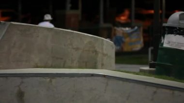 Teens practice tricks at skate park — Stock Video