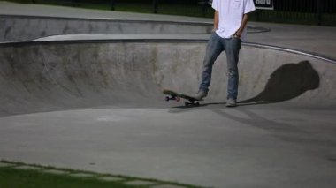 Teen practice tricks at skate park — Vídeo de stock