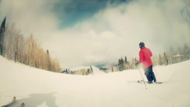 Esquí en la estación de esquí de hombre — Vídeo de stock