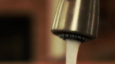 Água que sai de uma torneira de cozinha — Vídeo stock