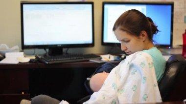 Mother breastfeeding her baby — Vídeo de Stock
