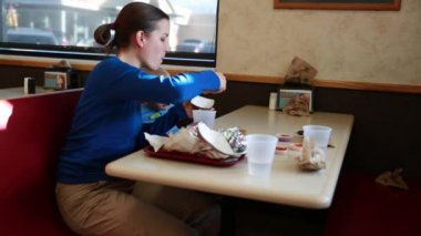 Young family eating fast food — Stock Video