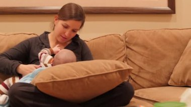 Jovem mãe amamentando seu bebê — Vídeo stock