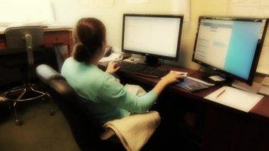 Donna che lavora alla sua scrivania — Video Stock