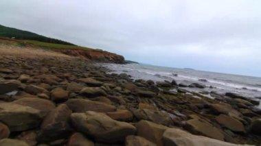 Ocean beach with boulders — Stock Video