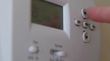 Hand adjusting the temperature — Stock Video