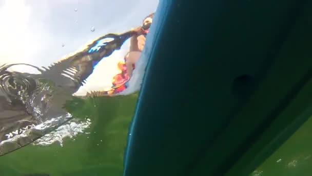 Kayak flota en la superficie del mar — Vídeo de stock