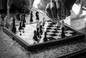 Ruka pohybuje šachová figurka — Stock fotografie