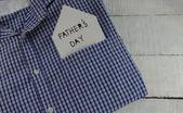 在蓝色的衬衫口袋里的父亲节消息 — 图库照片