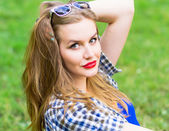 Portrait of charming young girl with long blondy hair. Attractive young woman walking in a park on a sunny day. Natural makeup. Girl Taking rest on the picnic. — Stock Photo