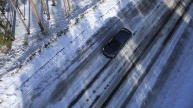 Orman ve dağlar arasında bir kış yolda araba sürmek — Stok video