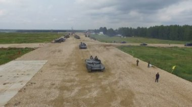 MOSCOW, RUSSIA - 1 AUGUST 2015: The tank goes through the polygon — Stock Video