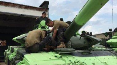 Moscú, Rusia - 01 de agosto de 2015: militares asiáticos del tanque de servicio — Vídeo de Stock