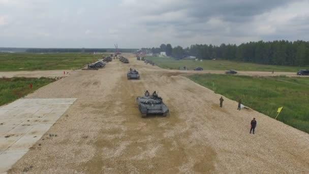 Moscú, Rusia - 01 de agosto de 2015: el tanque pasa por el polígono — Vídeo de stock