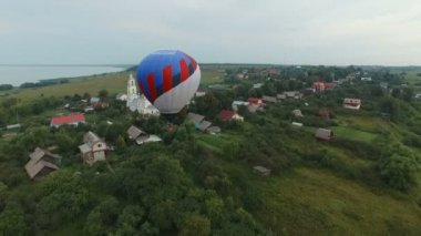 Pereslavl Zalessky, Russia - 20 JULY 2015:Hot air balloon in the sky, aerial view — Stock Video