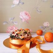 Pie with fruits on table — Stock Photo