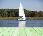 Lake with beautiful yacht — Стоковое фото