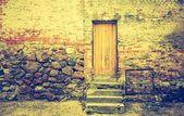 Gebouw met houten deur — Stockfoto