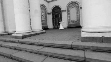 A couple dancing between columns — Stock Video