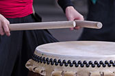 Group of musicians are playing on traditional japanese percussion instrument Taiko or Wadaiko drums — Stock Photo