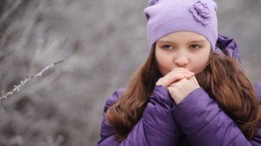 Girl warm palms — Vídeo de Stock