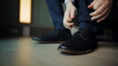 Groom tying shoelaces — Stockvideo