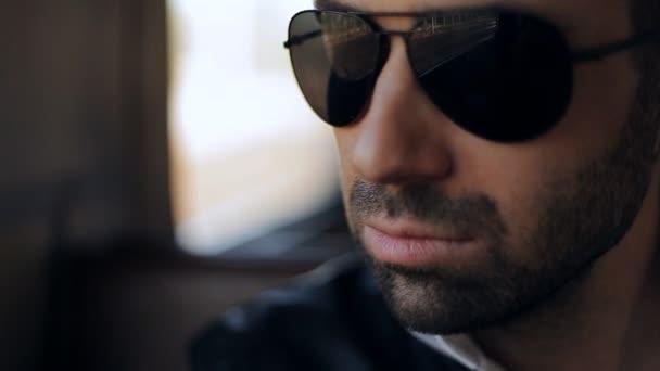 Joven de gafas va a eléctrico — Vídeo de stock