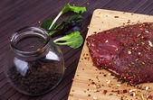 Arrosto di manzo crudo con erbe fresche - Immagine Stock — Foto Stock