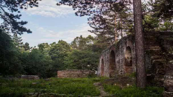 Ruinas en el bosque con bella luz — Vídeo de stock