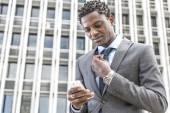 Красивый афро-американский бизнесмен, чтения электронной почты на смарт-Фо — Стоковое фото